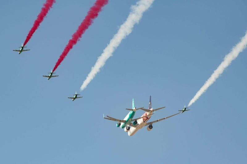 شارك في العرض طائرات مقاتلة ومساندة واستعراضية زينت بشعار اليوم الوطني وبعبارة «همّة حتى القمة». (هيئة الترفيه)