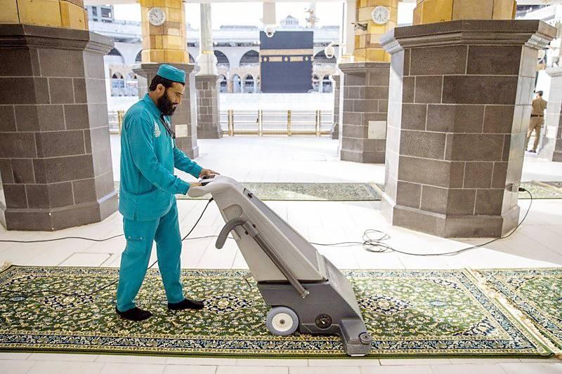 عقمت الرئاسة المسجد الحرام بـ (1800) لتر من المعقمات الصديقة للبيئة يومياً