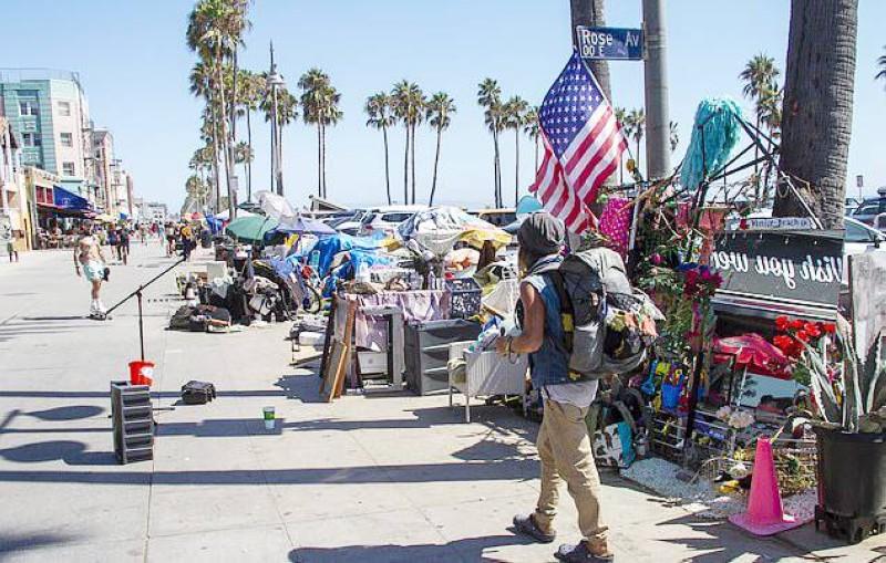 خيام المشردين قرب شاطئ فينسيا في هوليوود.