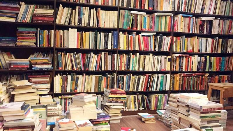 مكتبة هاشم الجحدلي داخل منزله.