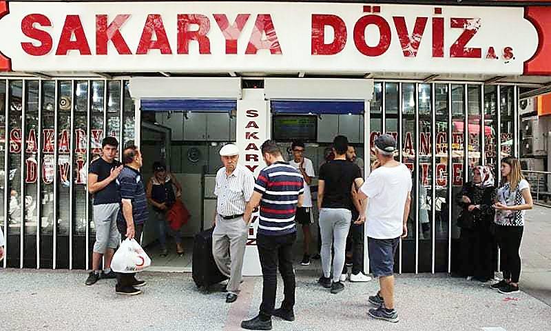 تراجع الليرة التركية ساهم في دفع العديد من الأتراك لاستبدال عملتهم بأخرى.