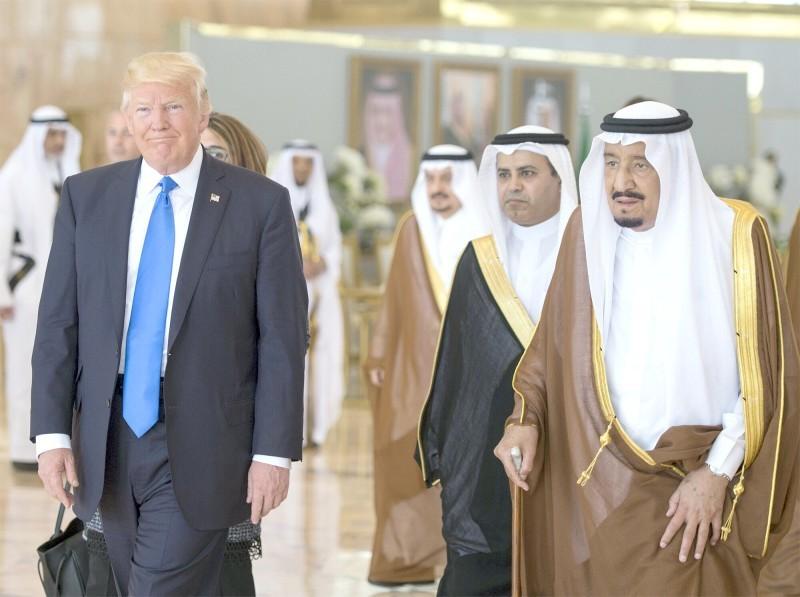 خادم الحرمين خلال استقبال الرئيس الأمريكي في وقت سابق.