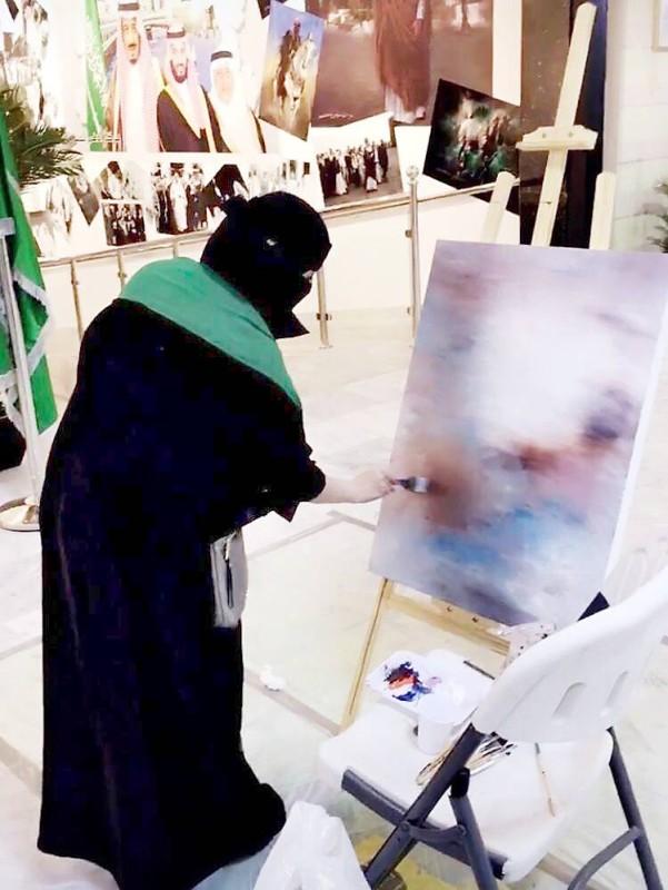 الفنانة نوال الزهراني تنفذ لوحتها.