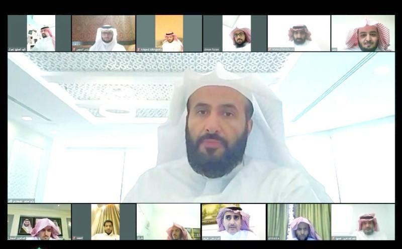 وزير العدل وليد الصمعاني يتابع أعمال المحاكم عن بُعد مع فريق العمل.