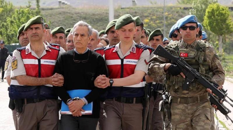 قوات تركية تعتقل ضابطاً في الجيش خلال حملة مداهمات على خلفية الانقلاب الفاشل.