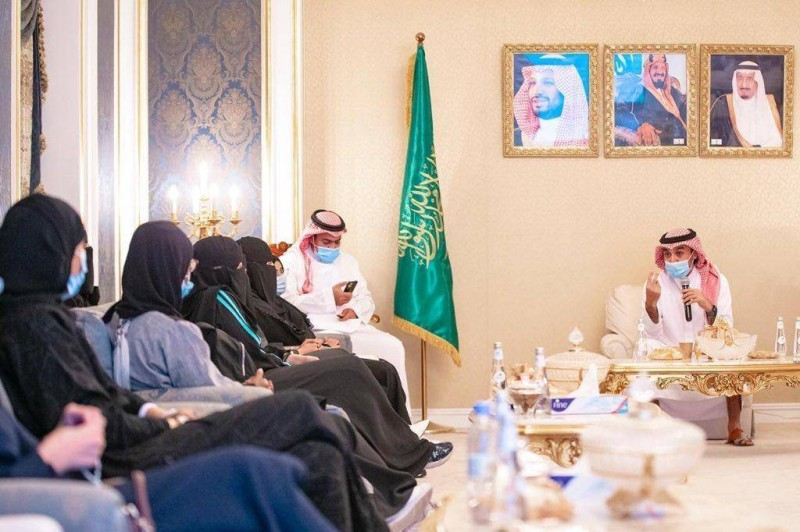 صورة أرشيفية لاجتماع وزير الرياضه برئيسة الفريق وعدد من شابات الطائف الشهر الماضي.