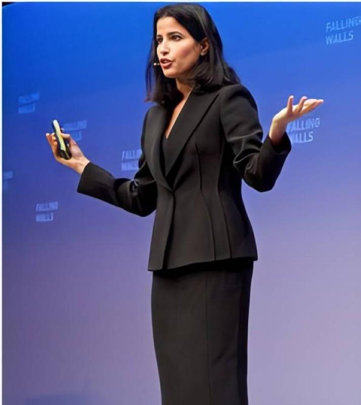 غادة تشرح أعمالها في أحد المؤتمرات العلمية.