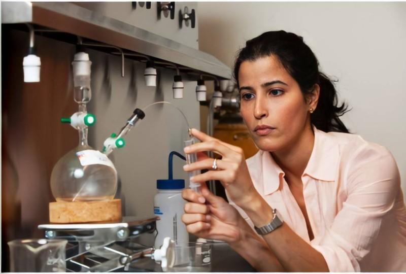 .. وتجري أبحاثها العلمية في مختبرها.