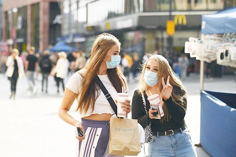 امرأتان في ليفربول قبل إعلان تدابير الإغلاق.