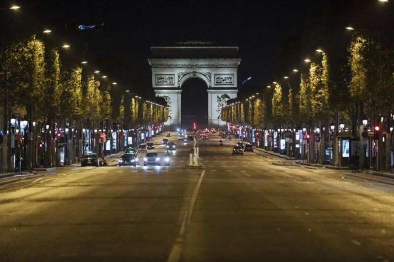 شارع الشانزليزيه في باريس أضحى شارع أشباح بعد منع التجول.