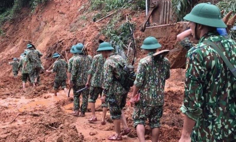 جانب من عمليات البحث عن الجنود وسط الانهيارات الطينية.