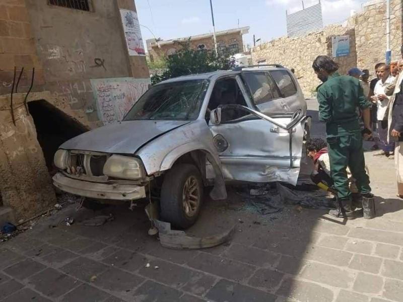 سيارة ضابط أمن أصيب في انفجار عبوة ناسفة في تعز أمس.