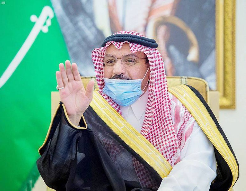 أمير منطقة القصيم خلال توزيع الأجهزة الإلكترونية.
