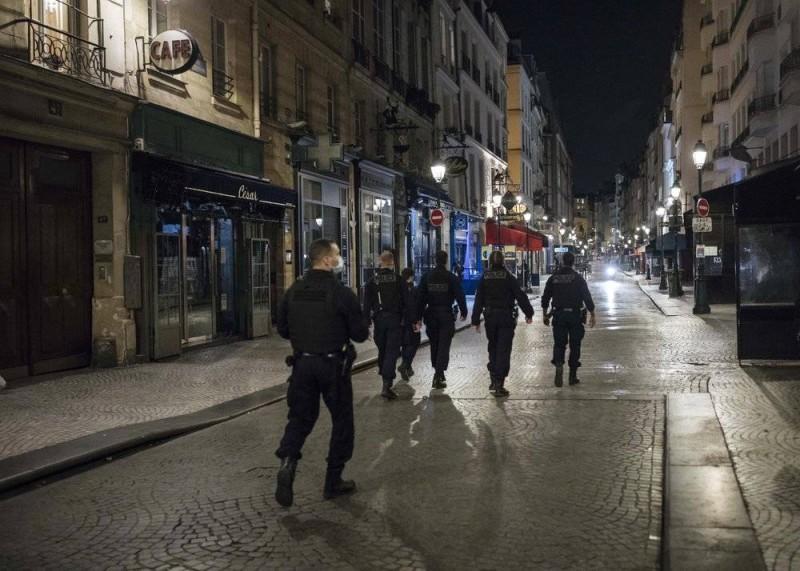 الشرطة الفرنسية تجوب شوارع باريس لتنفيذ حظر التجول.