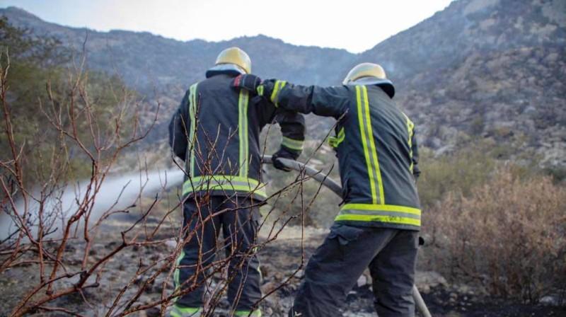 جهود حثيثة يقدمها أبطال الدفاع المدني للسيطرة على الحرائق.