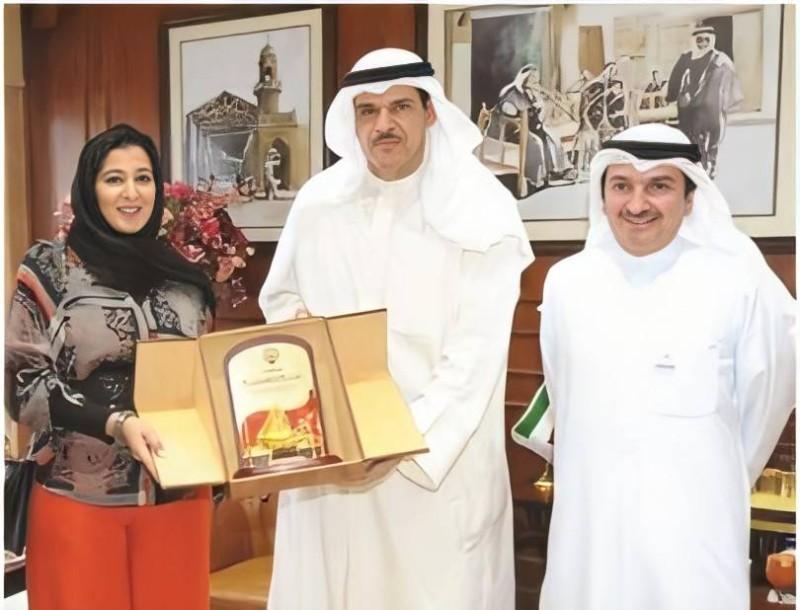 وزير الإعلام والشباب الكويتي السابق الشيخ سلمان الحمود الصباح يكرم جنان.