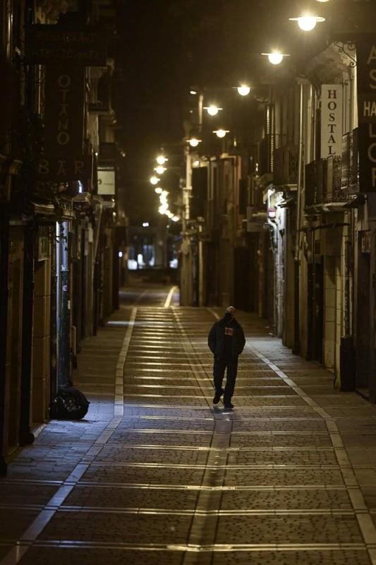 إسباني وحيد يعبر شارعاً خالياً في بامبلونا شمالي إسبانيا.