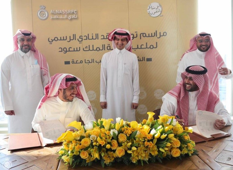 رئيس النصر لحظة توقيع العقد.