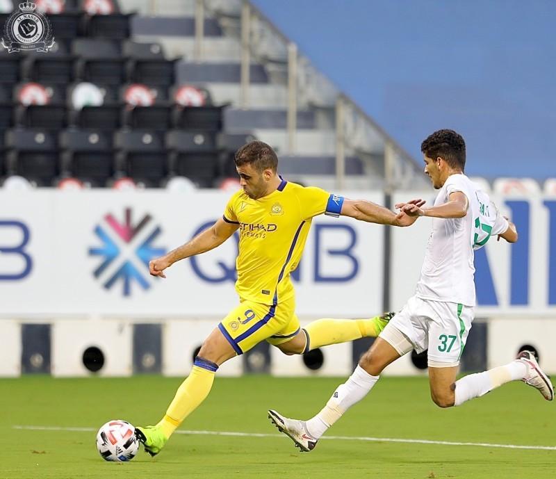 مهاجم النصر حمدالله لحظة تصويبه الكرة نحو مرمى الاهلي وسط مضايقة عبدالباسط هندي.