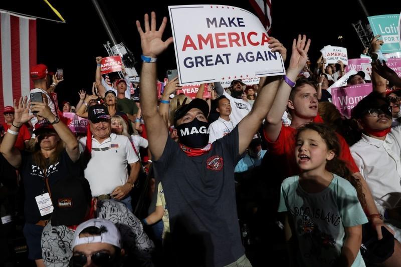 أمريكيون يرفعون لافتات «أعيدوا أمريكا عظيمة مجددا».