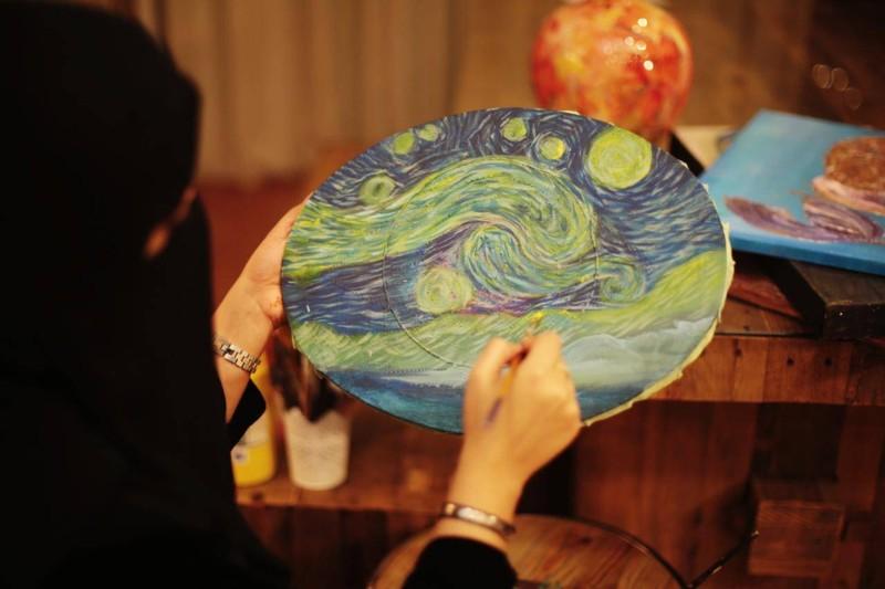 الفنانة وردة تستعرض أحد أعمالها الفنية.