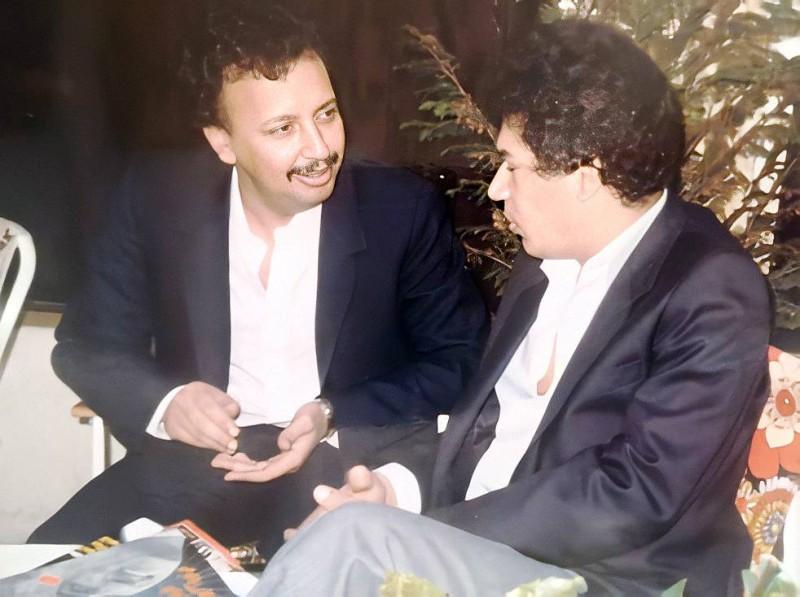 خوج مع الشاعر الكويتي الراحل فائق عبدالجليل.