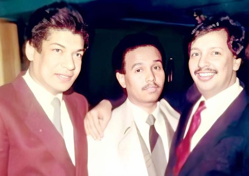 خوج مع محمد عبده وفائق عبدالجليل خلال الاتفاق على إنتاج أغنية «المعازيم».