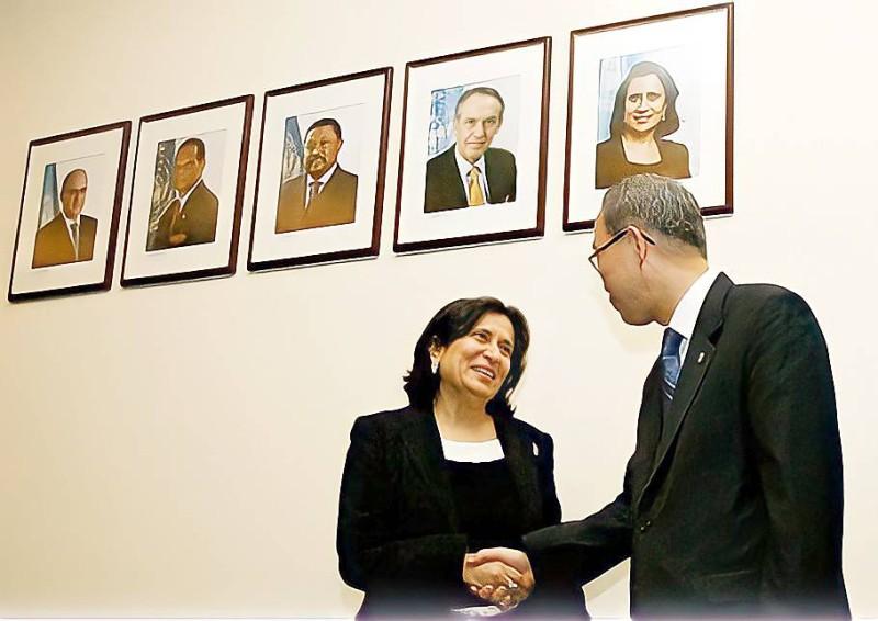 الأمين العام السابق للأمم المتحدة بان كي مون يودع الشيخة هيا بعد انتهاء مهامها.