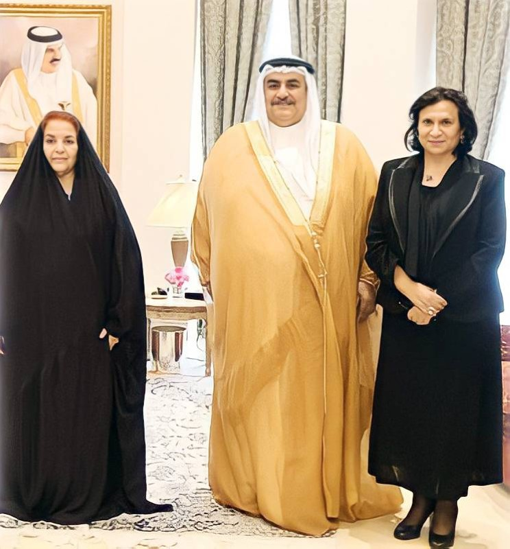 الشيخة هيا مع وزير خارجية البحرين السابق والأميرة سبيكة بنت إبراهيم آل خليفة.