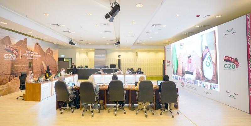 المقر الذي تجرى فيه اجتماعات قمة العشرين من الرياض، ويبدو في الصورة مسؤولو وزارة السياحة السعودية أثناء اجتماع وزراء السياحة لمجموعة العشرين أخيرا.