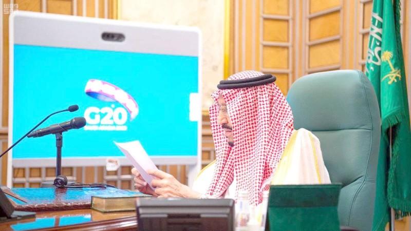 خادم الحرمين الشريفين الملك سلمان بن عبدالعزيز مخاطباً قادة العالم في القمة الاستثنائية في مارس الماضي. (عكاظ)