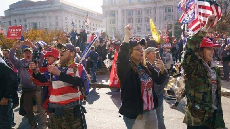 ترمب وسط أنصاره في مظاهرة بشوارع العاصمة واشنطن.