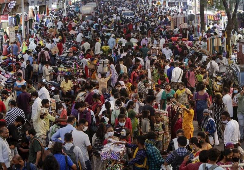 الهنود يزحمون أسواق مومباي لشراء مستلزمات عيد «ديوالي».