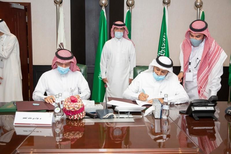 توقيع اتفاقية الشراكة بين أمانة الأحساء والمديرية العامة للسجون.