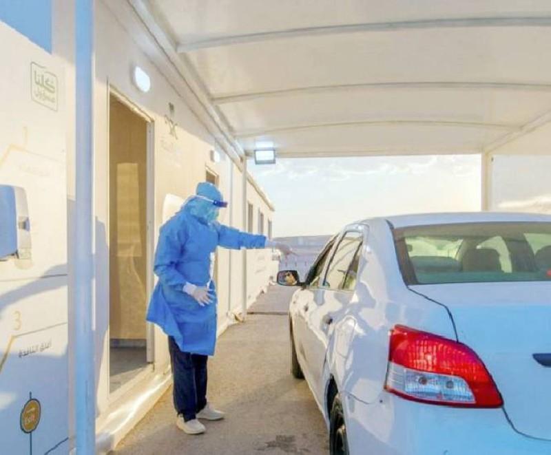 عامل في الصحة يفحص قائد مركبة.