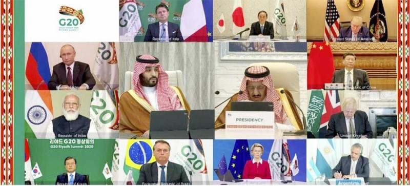 الملك سلمان بن عبدالعزيز وولي العهد الأمير محمد بن سلمان خلال انعقاد القمة عبر الاتصال المرئي.