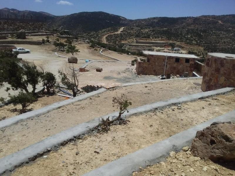 جانب من مشروع تطوير متنزه جبل حرفة ببني عمرو.