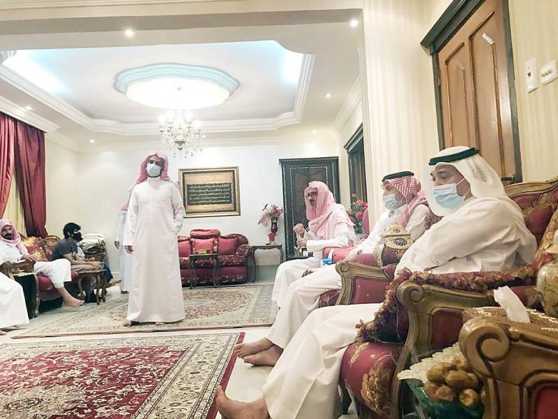 أسرة الفقيدة في مجلس العزاء أمس.