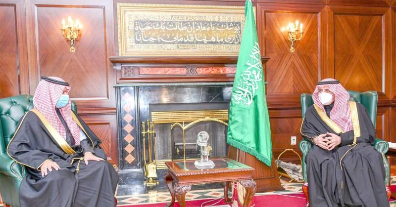 أمير تبوك خلال استقباله نائب وزير الموارد البشرية.