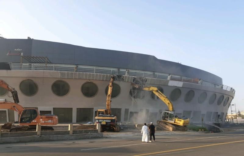 المبنى أثناء عمليات الإزالة.