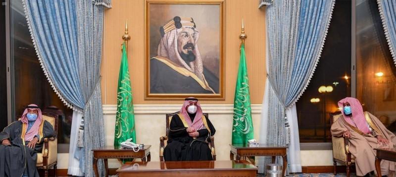الأمير فهد بن سلطان في اللقاء الأسبوعي بالقصر الحكومي في تبوك.