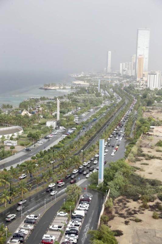 هطلت أمطار متوسطة وغزيرة على أجزاء متفرقة في جدة، فيما لم تسجل أي حوادث.