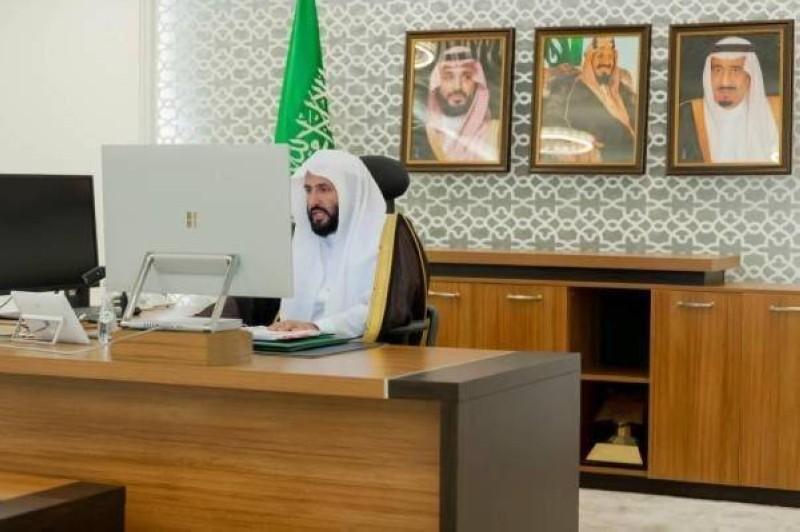 الدكتور وليد الصمعاني خلال الاجتماع عن بعد.