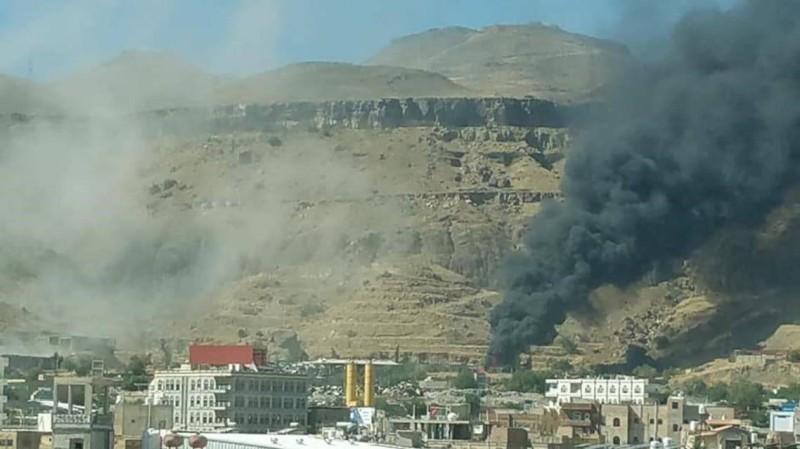 دخان يتصاعد من موقع حوثي قصفته قوات تحالف دعم الشرعية في صنعاء.