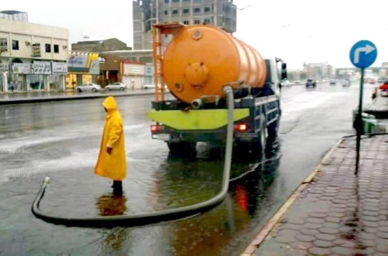 جهود لنزح المياه من الشوارع في أبها.
