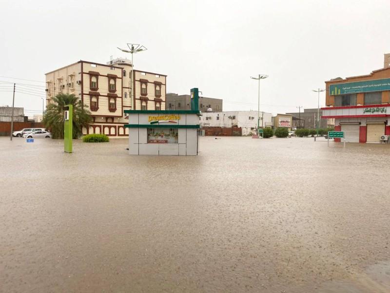 مياه الأمطار غمرت الكثير من شوارع أحياء الليث.