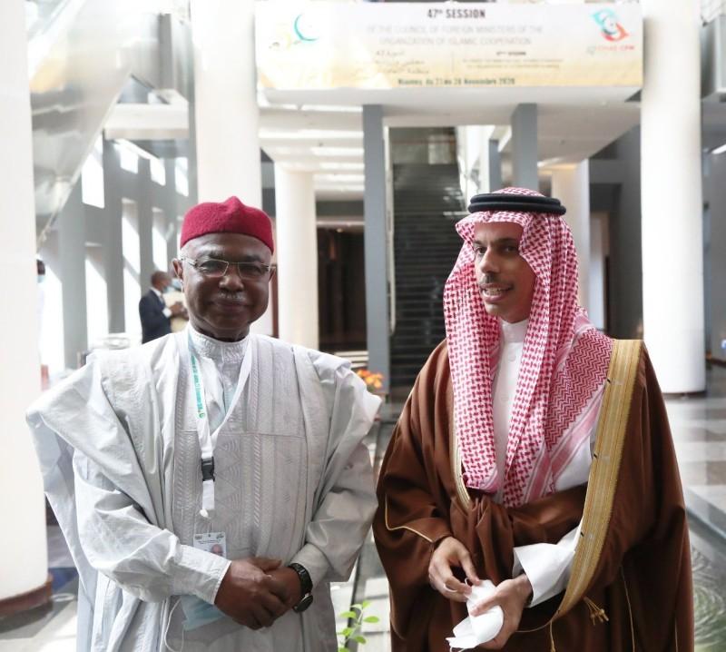 وزير الخارجية الأمير فيصل بن فرحان والأمين العام الجديد حسين طه.