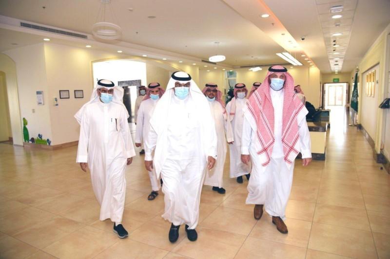 الدكتور أحمد الزايدي مدير تعليم مكة المكرمة أثناء الزيارة.