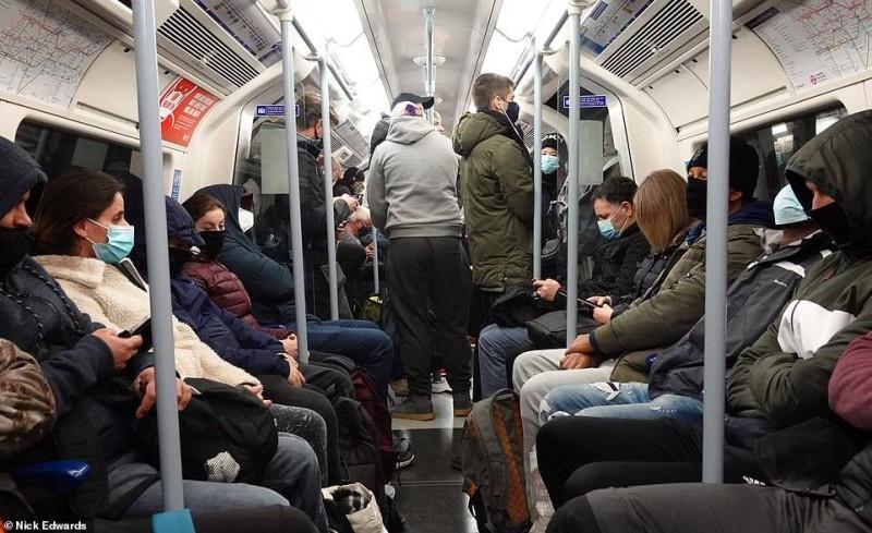 مترو لندن عاد إلى زحامه أمس.