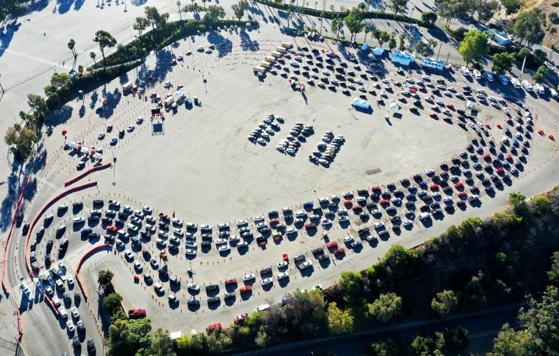 طوابير السيارات في مركز للفحوص في لوس أنجليس أمس الأول.
